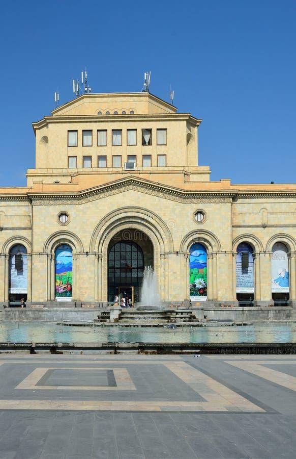 Yerevan Armenien, September, 06, 2014 Armenisk plats: Folk som går nära nationellt historiemuseum av Armenien royaltyfria bilder