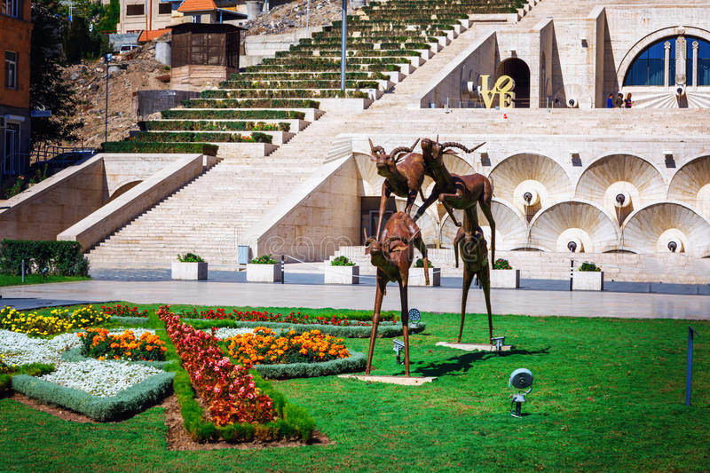 Yerevan Armenien - 26 September, 2016: Skulpturen som visar gruppen av rinnande antilop som lokaliseras i Cafesjian konst arkivfoto