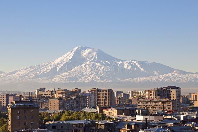 Yerevan huvudstad av Armenien på soluppgången med Mountet Ararat på bakgrunden arkivbilder