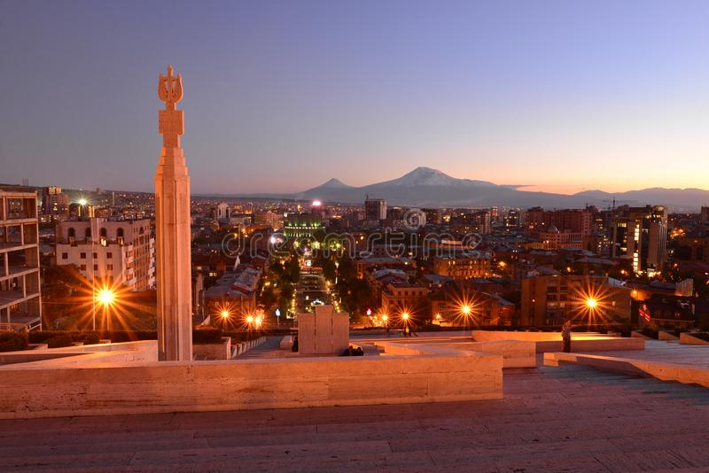 Yerevan på natten med Mt _ fotografering för bildbyråer
