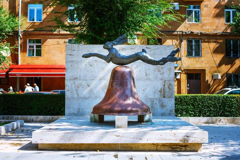 Yerevean, Armenia - 26 de mayo de 2016: estatua del conejo en la campana Arte moderno en jardín de la escultura de Cafesjian en e fotos de archivo