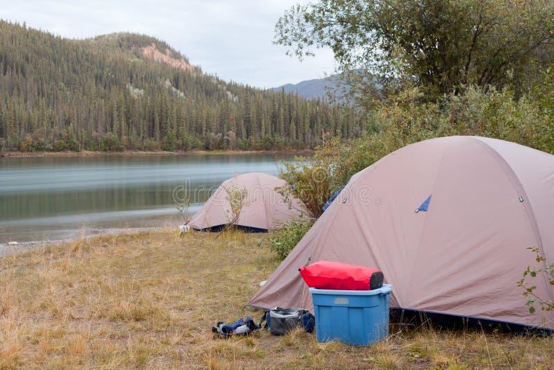 Yermo que acampa en la orilla del río de Yukon, Canadá foto de archivo