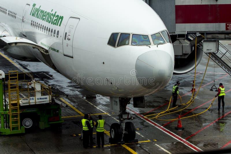 Yesilkoy Istanbuł, Indyczy Listopad 28th,/, 2018: Turkmenistan linie lotnicze Boeing 777-200LR w Istanbuł Ataturk lotnisku między obraz stock
