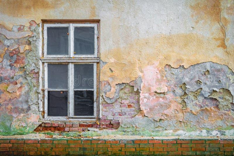 Yeso multicolor de la ventana vieja de la pared de ladrillo foto de archivo