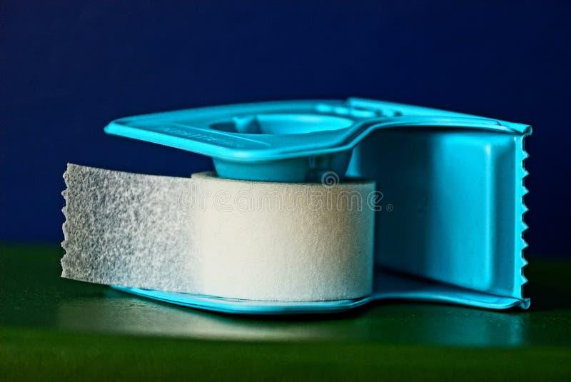 Yeso pegajoso blanco en una estructura plástica azul fotografía de archivo