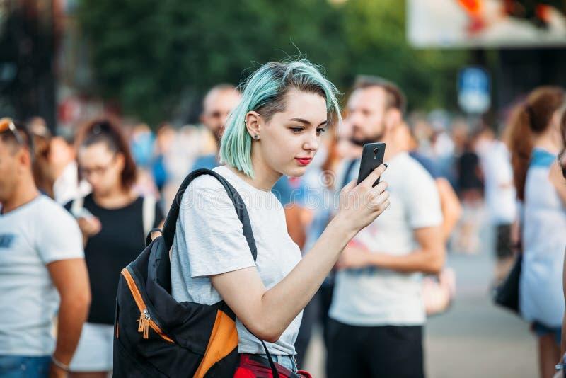 Yessentuki, Stavropol-Gebiet/Russland - 12. August 2017: junge Frau neformalka mit dem farbigen blauen Haar, das Telefon betracht stockbilder