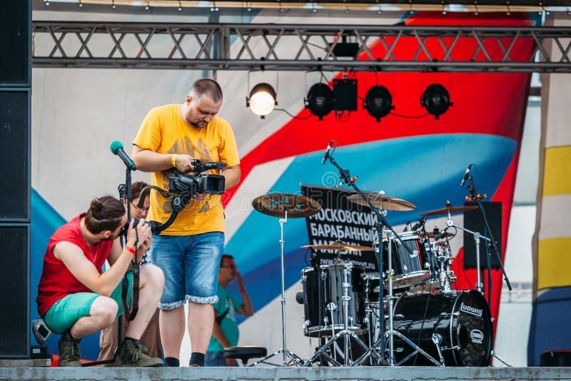 Yessentuki, Stavropol-Gebiet/Russland - 12. August 2017: videographer schießt Video auf Konzert auf Stadium draußen lizenzfreies stockfoto