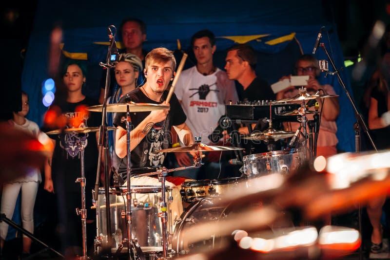 Yessentuki, Stavropol-Grondgebied/Rusland - Augustus 12, 2017: slagwerkersfestival musicus op stadium het spelen trommelstokken o stock foto