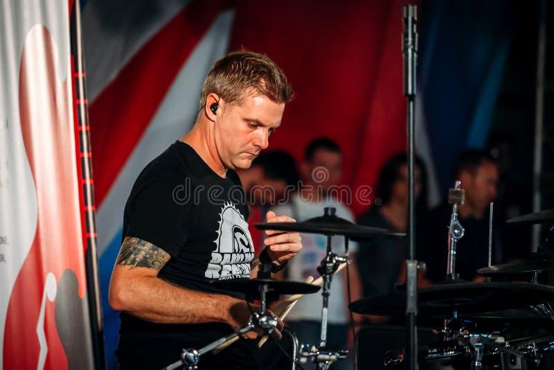 Yessentuki Stavropol territorium/Ryssland - Augusti 12, 2017: handelsresande Craig Blundell musiker på etappen som spelar trumpin fotografering för bildbyråer