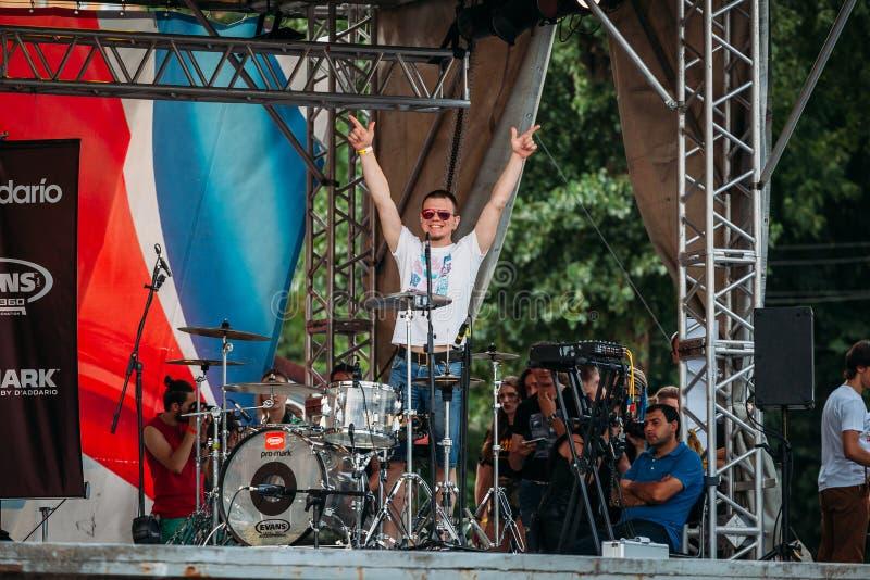 Yessentuki Stavropol territorium/Ryssland - Augusti 12, 2017: handelsresandefestival handelsresanden på etapp lyftte hans händer arkivfoto