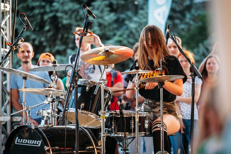 Yessentuki Stavropol terytorium, Rosja, Sierpień,/- 12, 2017: dobosza festiwal młoda kobieta bawić się bębeny na scenie na koncer obraz royalty free