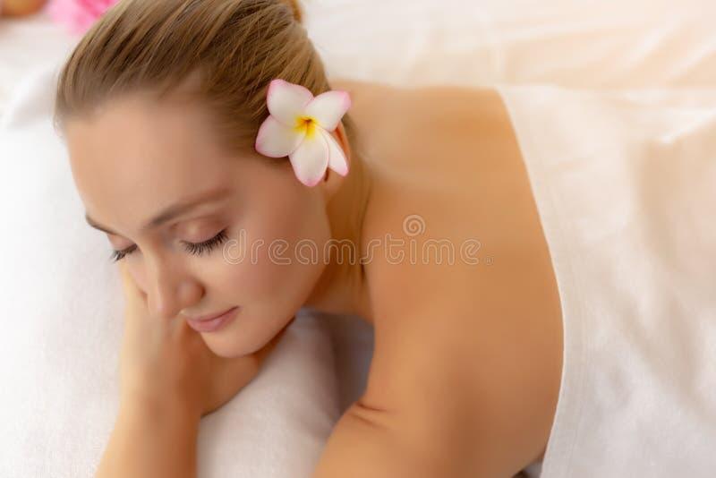 Yeux étroits de belle jeune femme avec du charme et se sentir pour détendre, bonheur dans la chambre de station thermale au salon photo libre de droits