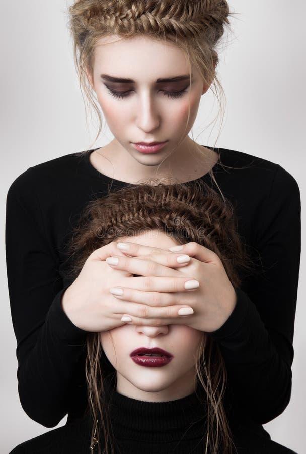 Yeux blonds de couverture de fille de mode de brune photos stock