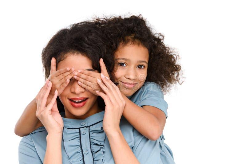 yeux de bâche de fille de mère étonnée avec des mains image libre de droits