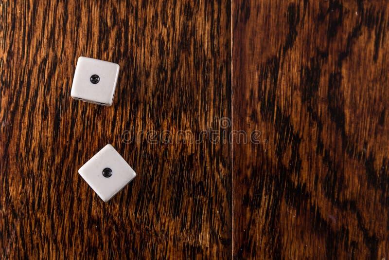 Yeux de serpent - matrices sur le fond en bois de Tableau photos stock