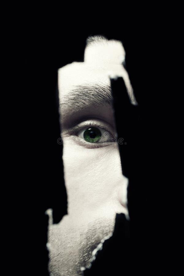 Yeux effrayants d'un espionnage d'homme images libres de droits