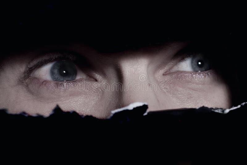 Yeux effrayants d'un espionnage d'homme image libre de droits
