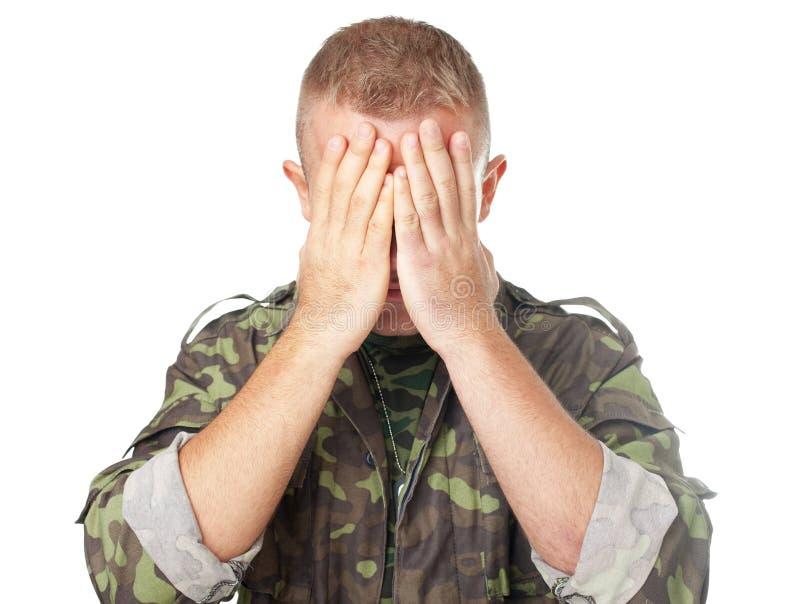 Yeux fermants de soldat d'armée avec des mains photos libres de droits