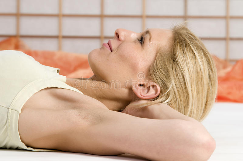Yeux ouverts de relaxation image stock