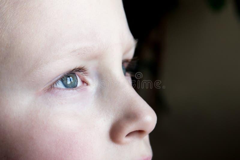 Yeux tristes d'enfants photographie stock libre de droits