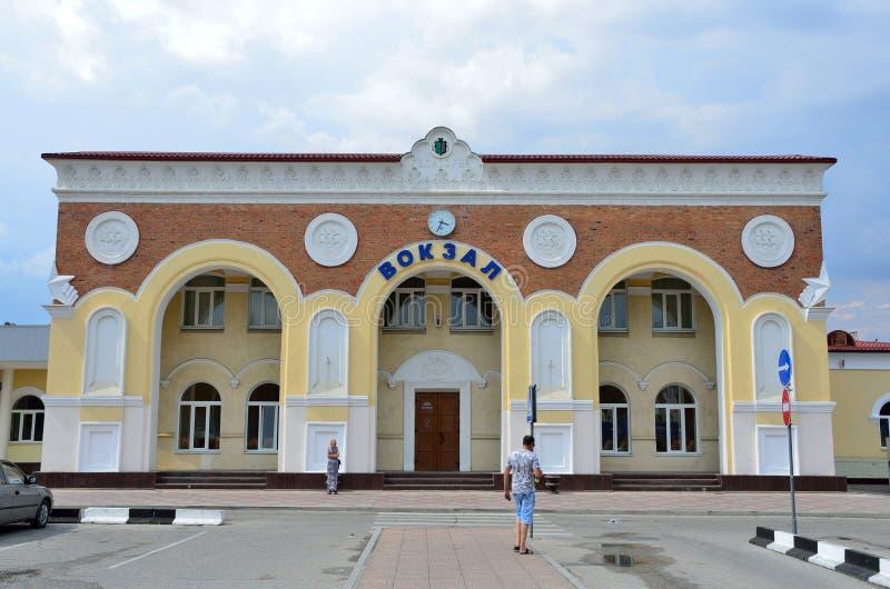 Yevpatoria, Crimée, juillet, 04, 2016 Les gens marchant près de la station de train dans Yevpatoria par temps nuageux photos libres de droits