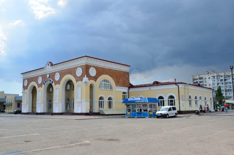 Yevpatoria, Crimée, juillet, 04, 2016 Voitures près de station de train dans Yevpatoria par temps nuageux images stock