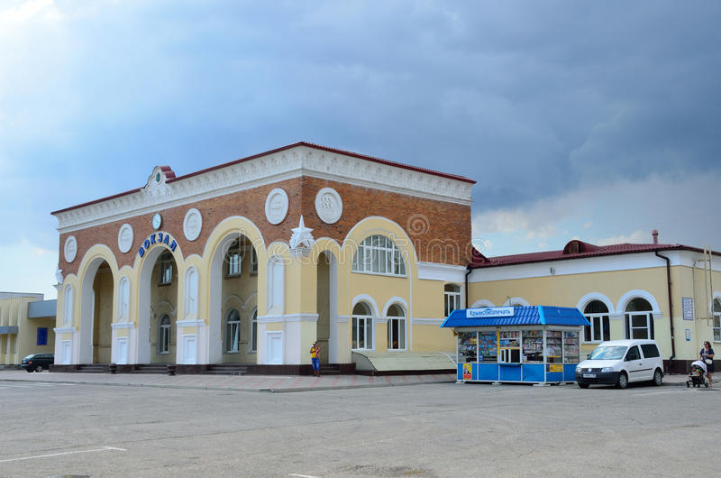 Yevpatoria, Crimée, juillet, 04, 2016 Voitures près de station de train dans Yevpatoria par temps nuageux photos libres de droits