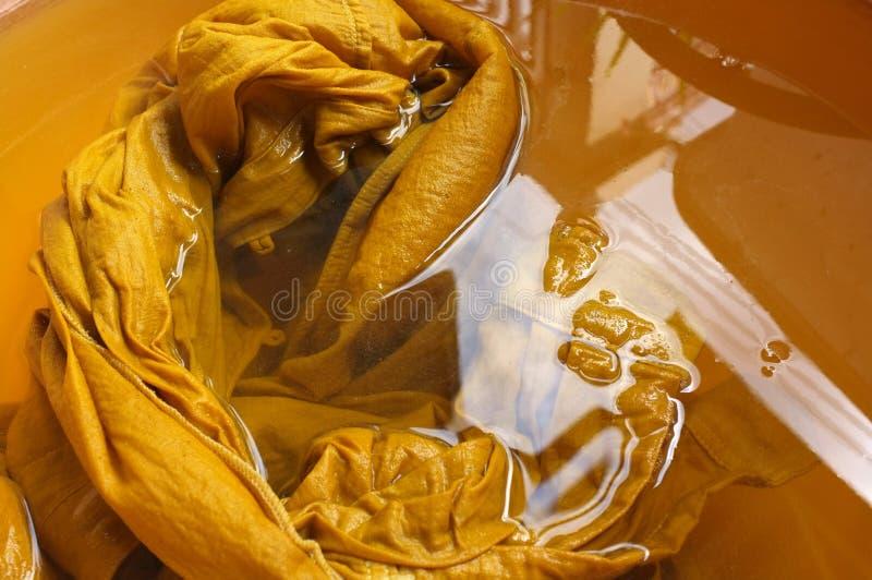 yewllow颜色自然染料的原料 库存照片