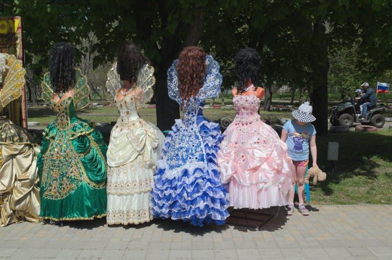 YEYSK, KRASNODAR/RUSLAND - MEI 01, 2017: het meisje bewondert de overladen toga's van de prinsessen stock foto