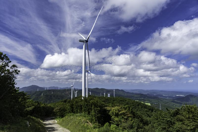 Yhe-Windmühlturm auf dem Hügel stockfotos