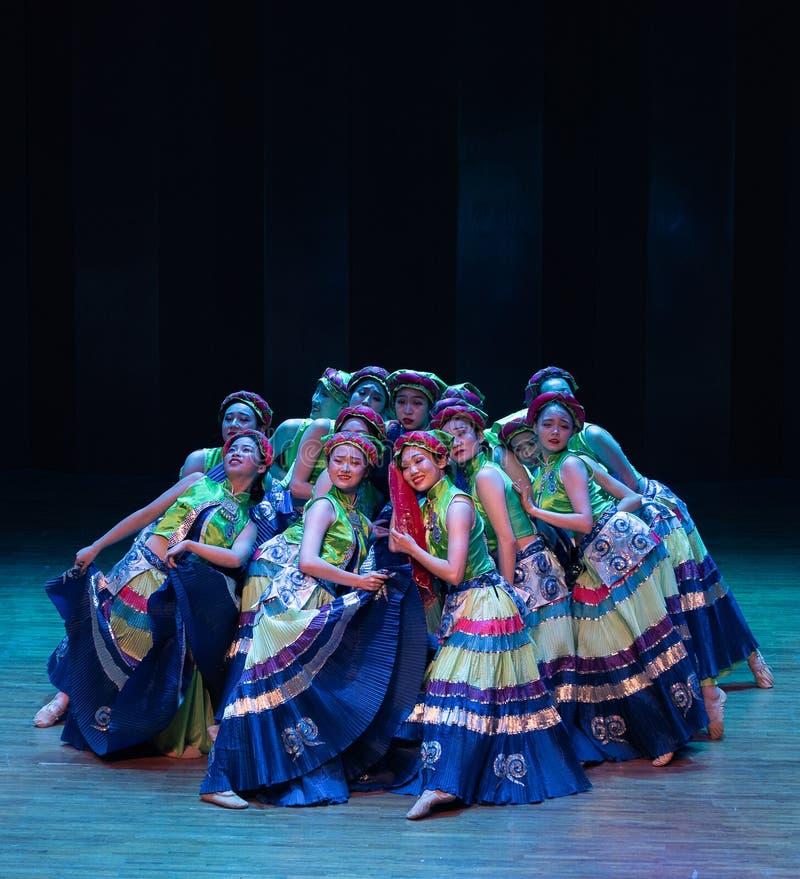 Yi dziewczyn 3-Axi Yi Kostiumowy ludowy taniec zdjęcia royalty free