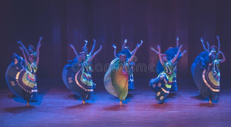 Yi Kostiumowe dziewczyny 3 tanczą dramata Axi Yi ludowego tana fotografia royalty free