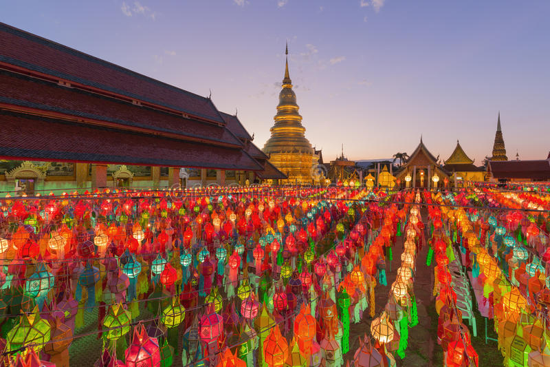 Yi Peng Festival a Wat Prathat Hariphunchai, Lamphun, Tailandia immagine stock libera da diritti