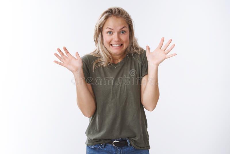Yikes θλιβερό Στούντιο που βλασταίνεται της αδέξιας χαριτωμένης ξανθής γυναίκας που αυξάνει τους φοίνικες στη συγχώρηση χαμόγελου στοκ φωτογραφίες