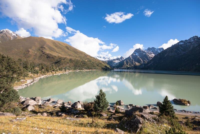 Yilhun Lhatso sjö i Sichuan arkivbild