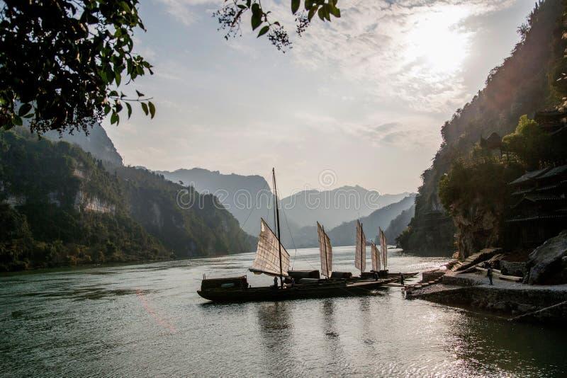 Yiling el río Yangzi Three Gorges Dengying Gap en el galeón del río de la garganta fotografía de archivo