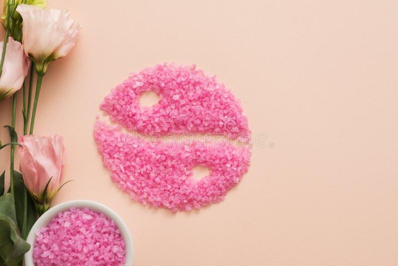 Yin cor-de-rosa yang de sal de banho das rosas da harmonia da mente do corpo imagens de stock