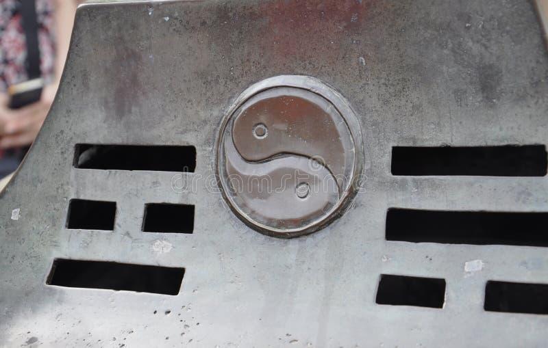Yin i Yang symbol rzeźbił na metalu w podwórzu świątynia Niebiański miejsce w Pekin obrazy royalty free