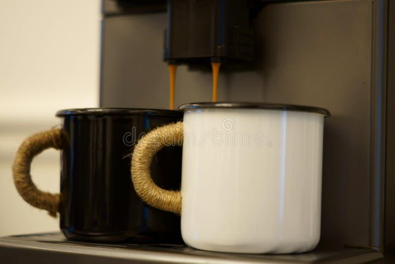 Yin und Yang des Morgenkaffees stockfotos