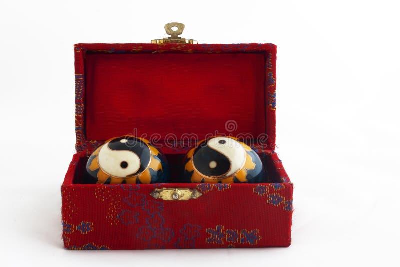Yin Yang Kugeln in einem roten Kasten stockfoto
