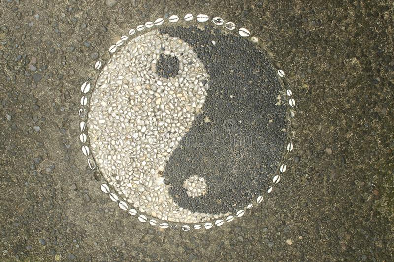 Yin-Yang Symbol a fait de petits cailloux en pierre photographie stock libre de droits