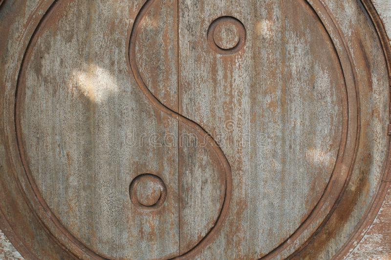 Yin-Yang-Symbol geschnitzt auf Holzt?r stockfotografie