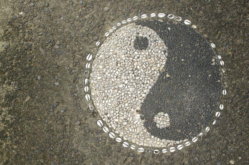 Yin-Yang Symbol hizo de pequeños guijarros de piedra fotografía de archivo