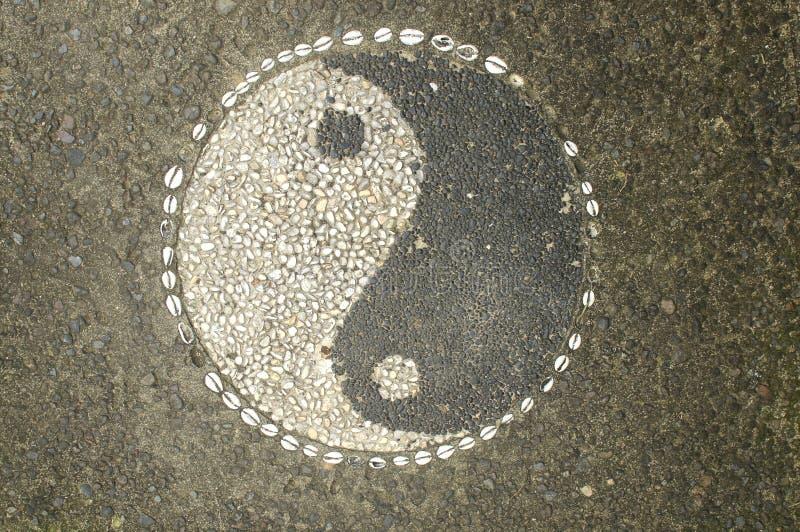 Yin-Yang Symbol machte von den kleinen Steinkieseln lizenzfreie stockfotografie