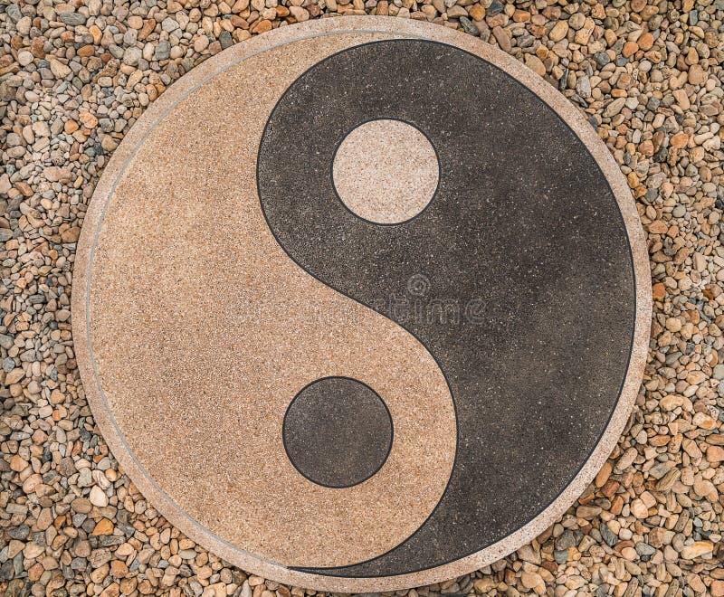 Yin-yin-yang των πετρών στο δρόμο στοκ φωτογραφία