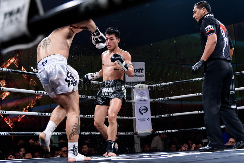 Ying Pengpeng van China en Richard Fanous van Australië in Thaise Trotse Strijd ` om Thaise ` te zijn stock foto