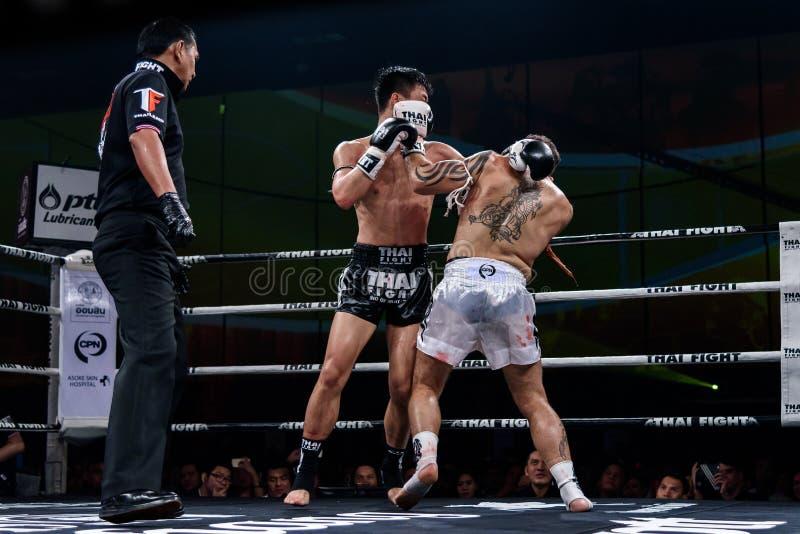 Ying Pengpeng van China en Richard Fanous van Australië in Thaise Trotse Strijd ` om Thaise ` te zijn stock foto's