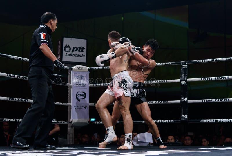 Ying Pengpeng van China en Richard Fanous van Australië in Thaise Trotse Strijd ` om Thaise ` te zijn stock afbeeldingen