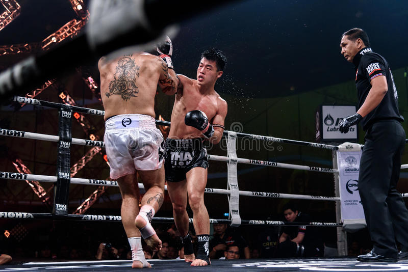 Ying Pengpeng van China en Richard Fanous van Australië in Thaise Trotse Strijd ` om Thaise ` te zijn royalty-vrije stock foto's