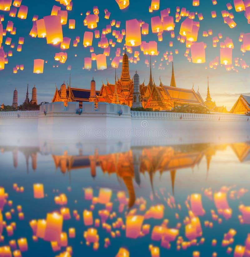 Yingpeng lyktafestival med Landmarked den thailändska templet royaltyfri foto